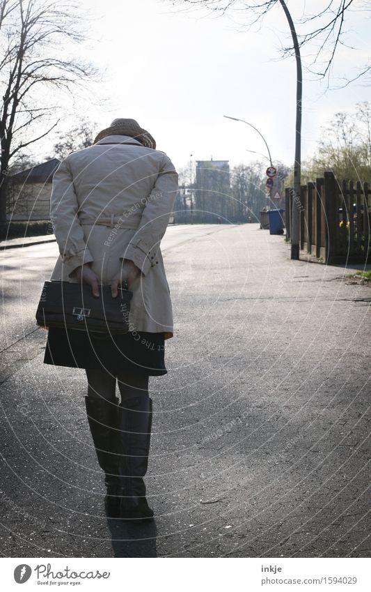 Remix | Spurensucherin Lifestyle Frau Erwachsene Leben Körper Rücken 1 Mensch Stadt Stadtrand Fußgänger Straße Mantel Tasche Hut gehen Gefühle Stimmung