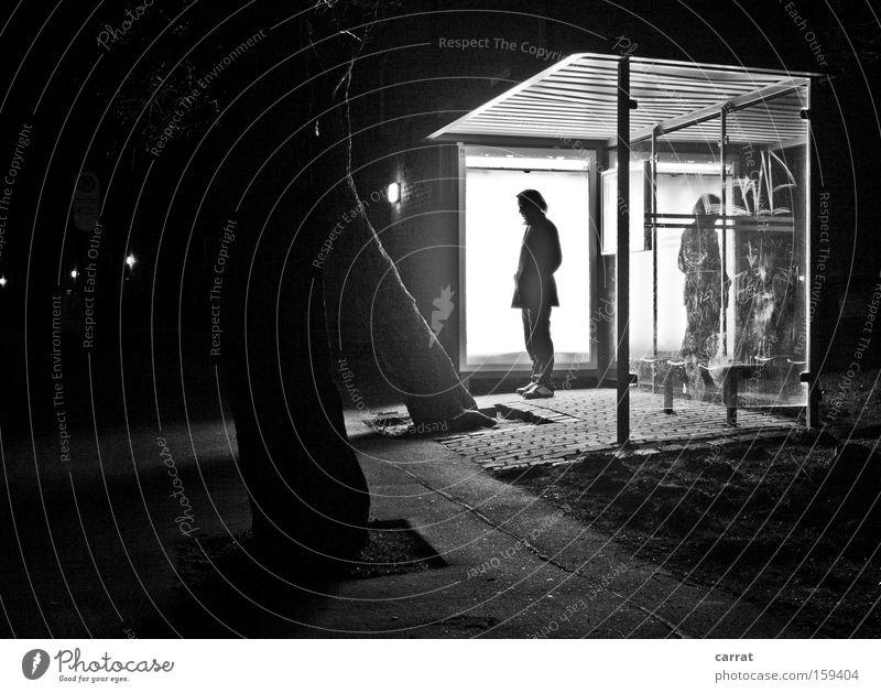 Please stand by! Ferien & Urlaub & Reisen dunkel Bewegung hell warten Zeit Verkehr Nacht Langeweile Bus Flucht Gedanke stagnierend Haltestelle Schwarzweißfoto