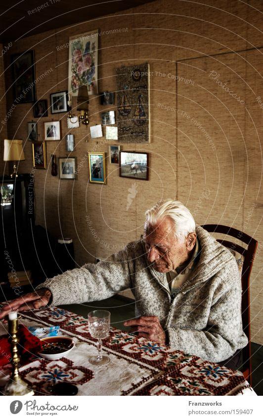 Wohngewohnheiten. Mensch alt Senior Einsamkeit Familie & Verwandtschaft Glas Zeit Bild Vergangenheit Wohnzimmer Großvater Ruhestand Erinnerung Weisheit