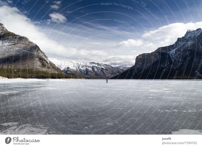 allein Ferien & Urlaub & Reisen Tourismus Sightseeing Winter Winterurlaub wandern Landschaft Berge u. Gebirge Rocky Mountains Gipfel Schneebedeckte Gipfel See