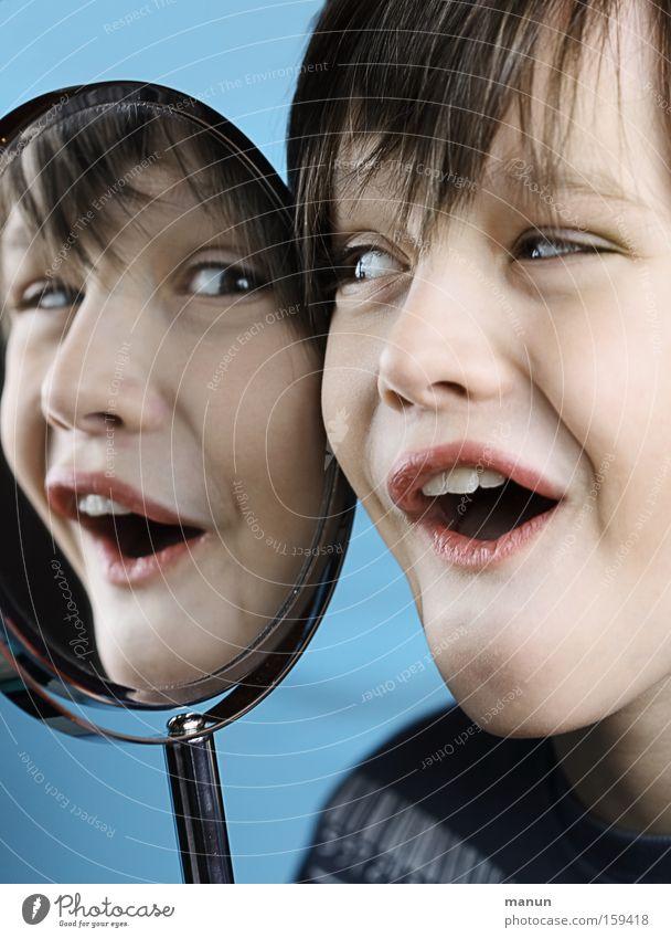 Spaßvogel Jugendliche Kind Junge Freude Reflexion & Spiegelung Porträt Grimasse Witz Unbekümmertheit Glück lachen