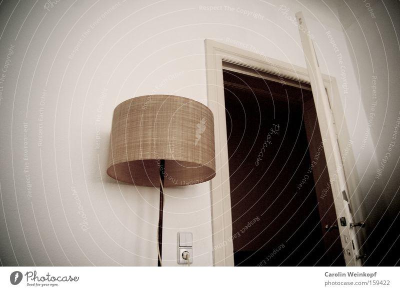 Room for rent. Lampe Stehlampe Raum Miete vermieten Altbau Türrahmen Steckdose Griff Weitwinkel Lichtschalter