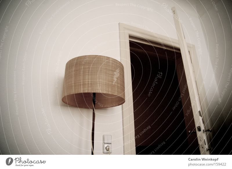 Room for rent. Lampe Raum Tür Griff Miete Steckdose Altbau vermieten Stehlampe Lichtschalter Türrahmen