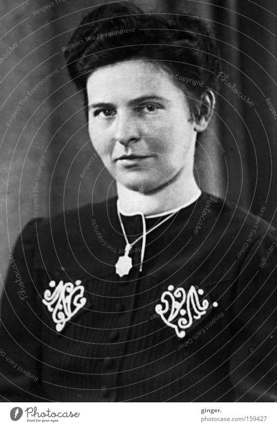 Familienalbum - Großmutter Frau Mensch alt Erwachsene Gesicht feminin Gefühle Kopf Haare & Frisuren Stimmung Vergangenheit Gesichtsausdruck antik Halskette