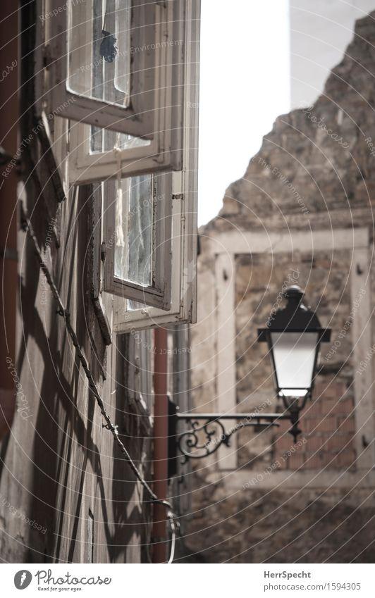 Centro storico Triest Stadt Altstadt Haus Gebäude Architektur Mauer Wand Treppe Fenster ästhetisch historisch Straßenbeleuchtung Fensterscheibe Fensterladen