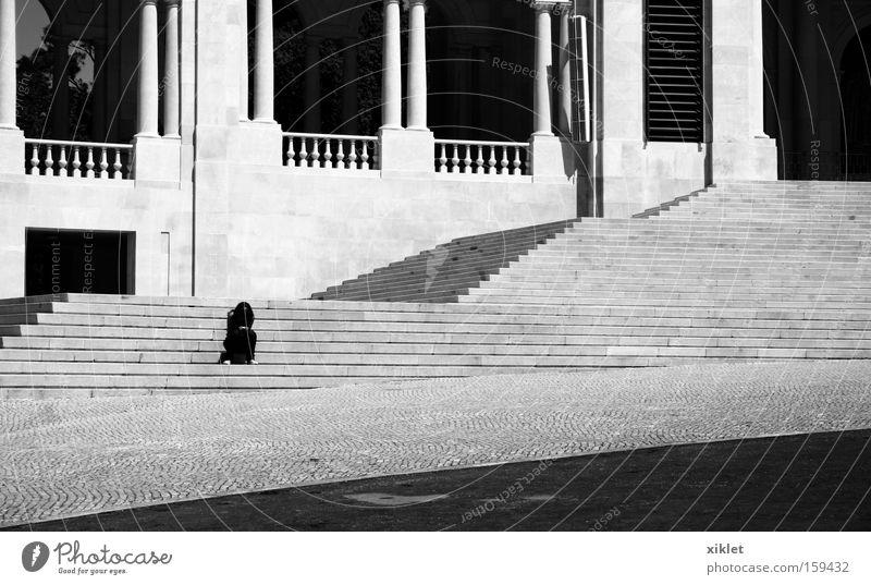 allein Schwarzweißfoto Tag Licht Starke Tiefenschärfe Vorderansicht Sommer Traurigkeit Trauer Verzweiflung Treppe Einsamkeit reflektierend
