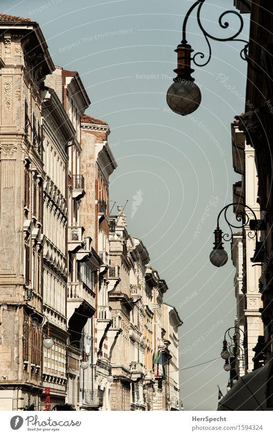 Trieste non è triste. Friaul Hafenstadt Altstadt Haus Gebäude Architektur Fassade ästhetisch historisch Stadt Häuserzeile Allee Straßenbeleuchtung Balkon
