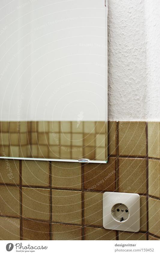 Rückblick Bad Spiegel Reflexion & Spiegelung Steckdose Fliesen u. Kacheln altmodisch retro Einblick Durchblick Denken Vergangenheit modern Vergänglichkeit