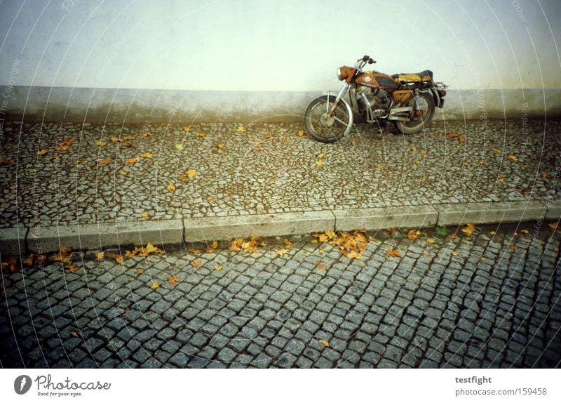dienstag morgen Wege & Pfade Straße Bürgersteig Motorrad parken geparkt Kopfsteinpflaster alt historisch retro analog Lomografie gefplastert