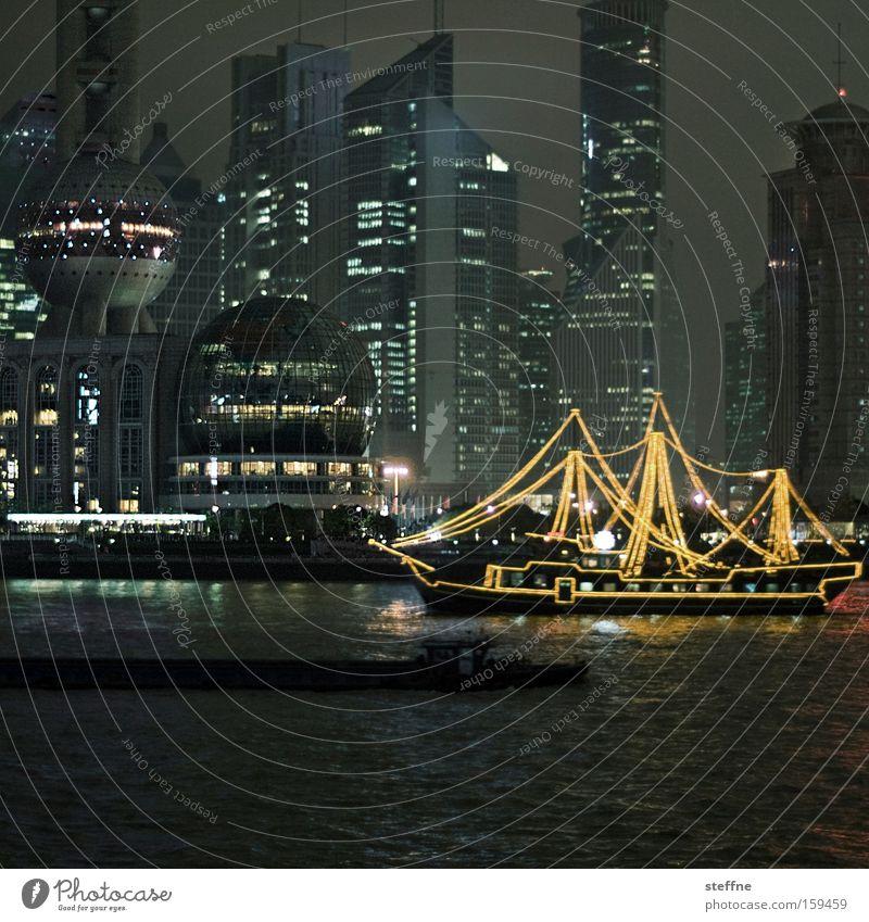 nostalgia vs science fiction Ausflug Sightseeing Wasser Fluss Stadt Skyline Hochhaus Wasserfahrzeug modern Shanghai China Pirat geisterhaft Tourist Pu Dong