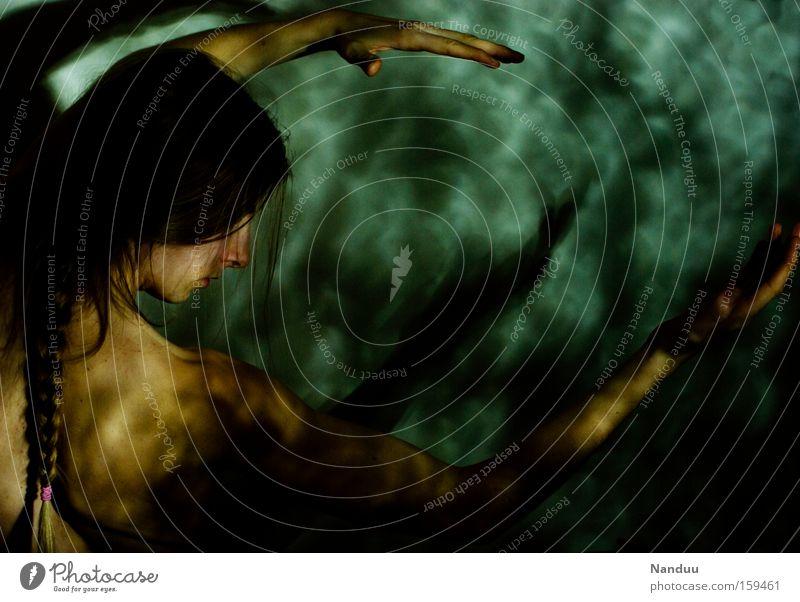 Schwingung Frau Mensch Hand grün dunkel Rücken Arme Rahmen Seite Schulter Surrealismus zeigen Zopf Präsentation Akt Meerjungfrau