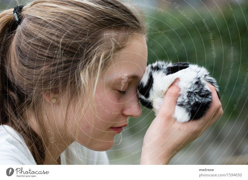 Gedankenaustausch Mensch Kind grün weiß Hand Tier Mädchen schwarz Gesicht Tierjunges Kopf träumen Zufriedenheit Kindheit genießen Finger