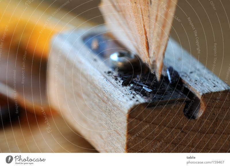 anspitzen Anspitzer Bleistift Schreibgerät Mine Graphit Holz Metall Metallwaren Makroaufnahme schreiben zeichnen gelb schwarz braun Kunst Kunsthandwerk