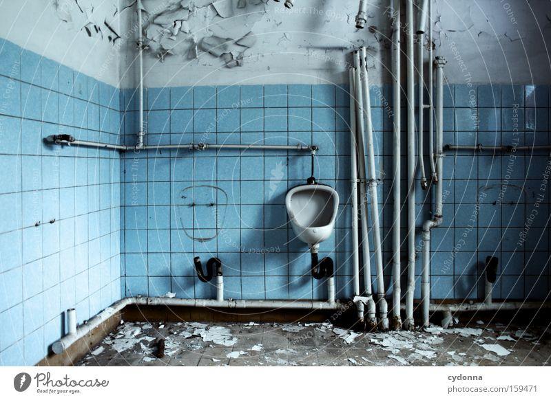 Mein linker Platz ist frei Mann alt Leben Raum Zeit Bad Vergänglichkeit Toilette verfallen Verfall Eisenrohr Zerstörung Erinnerung Örtlichkeit Leerstand fehlen