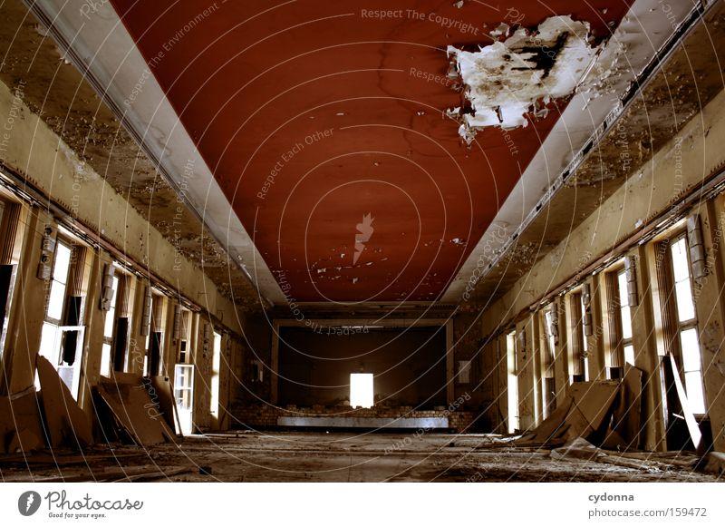 Letzte Vorstellung alt Leben Fenster Raum Zeit Vergänglichkeit verfallen Verfall Theater Kino Zerstörung Erinnerung Örtlichkeit Saal Leerstand Militärgebäude