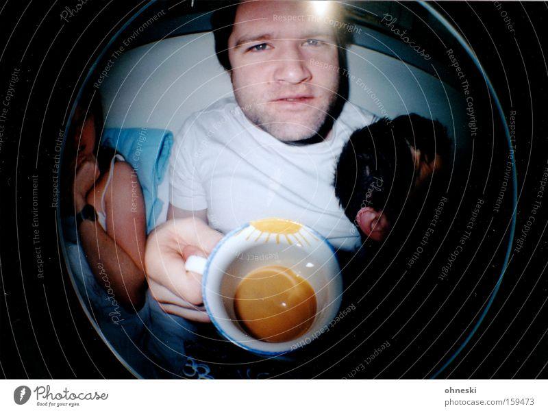 Käffchen? Kaffee Tasse Mann Bett Frühstück verkatert Sonne Fischauge Lomografie trinken