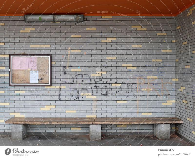 Schöner Warten Wartehäuschen Einsamkeit dreckig leer Fliesen u. Kacheln Leuchtstoffröhre Graffiti orange grau Bushaltestelle Holzbank Architektur Wandmalereien