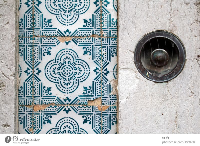 Azulejos Fliesen u. Kacheln Lissabon Portugal Eingang Fassade Haus Klingel Handwerk Detailaufnahme Europa