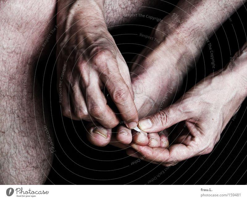Pediküre Mensch Mann Hand Fuß Beine Körperpflege Ekel Zehen Intimität Schere
