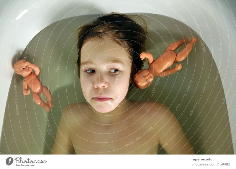 bald erwachsen, vielleicht Schwimmen & Baden Spielen Badewanne Kind Kindheit Jugendliche Puppe groß klein Moral Pubertät Entwicklung unentschlossen nachdenklich