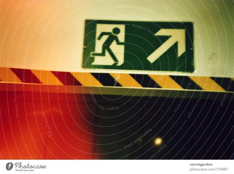 roter fluchtimpuls Angst Schilder & Markierungen Brand Hinweisschild Pfeil analog Tunnel brennen aufwärts Warnhinweis Flucht Panik Desaster Untergrund Alarm