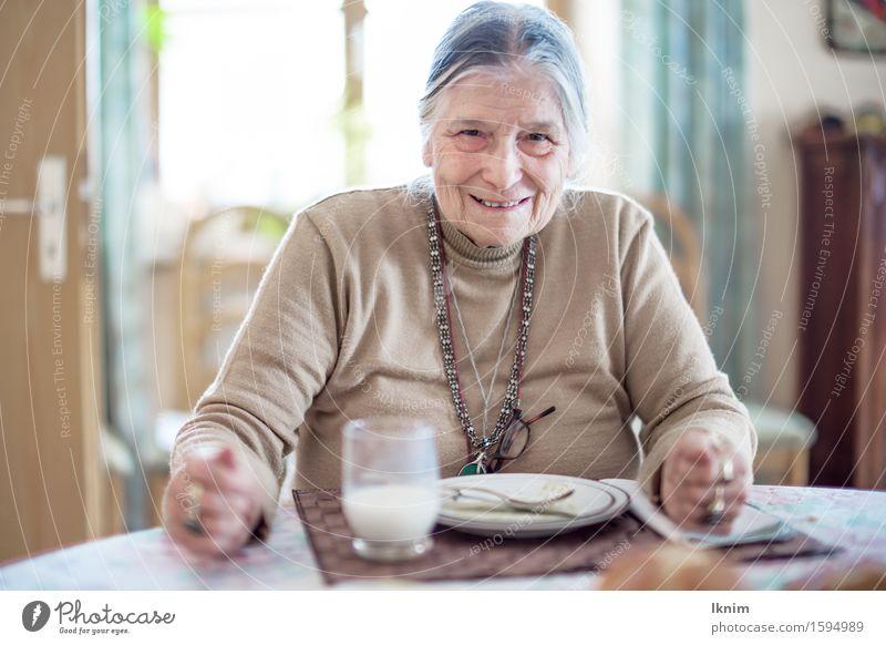 zufriedene Seniorin hat aufgegessen Mittagessen Essen aufessen Mahlzeit Ernährung feminin Großmutter 1 Mensch 60 und älter alt Glück lecker Fürsorge