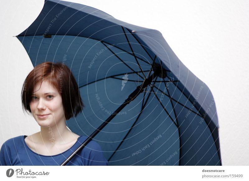 La Chica con el Paraguas Azul. Mensch feminin Junge Frau Jugendliche Erwachsene 1 Regenschirm rothaarig schön blau Schutz Schirm skeptisch Farbfoto