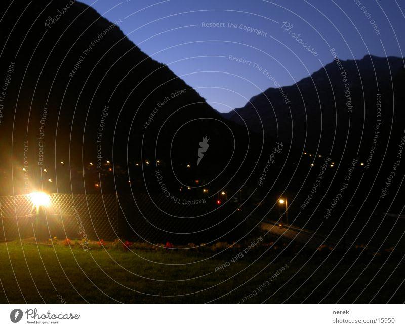 licht im dunkeln Schweiz Lampe Nacht Dämmerung Wiese Dorf Licht ruhig Sommernacht erleuchten Berge u. Gebirge verzasca Rasen Himmel Kontrast Klarheit