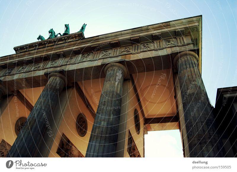 Teilansicht Brandenburger Tor von unten nach oben Berlin Hauptstadt Sommer Überstrahlung Licht Reiter Wagen Pferd Statue Denkmal monumental Wahrzeichen