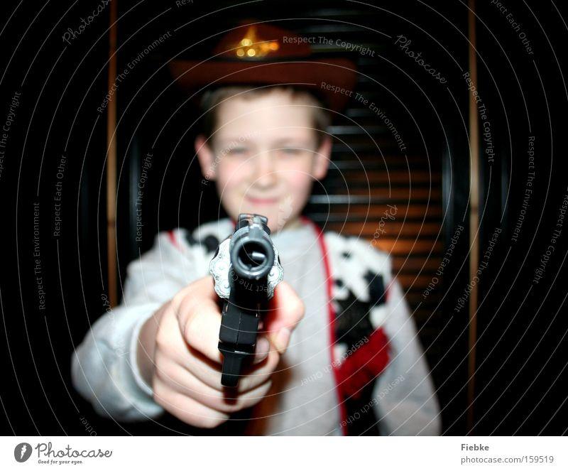 revolverHELD Kind Freude Spielen Junge Kindheit gefährlich Elektrizität bedrohlich Karneval Wut Ärger Karnevalskostüm Kostüm Pistole Cowboy Problematik