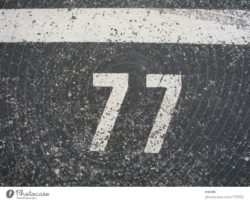 77 - heilige zahl Straße Linie Schilder & Markierungen Verkehr Ziffern & Zahlen Asphalt Spuren Parkplatz Christentum Teer Reifenspuren