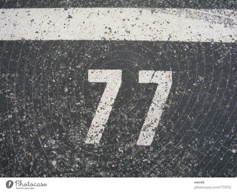77 - heilige zahl Ziffern & Zahlen Teer Parkplatz Asphalt Reifenspuren Linie Spuren Christentum Verkehr Straße weis Schilder & Markierungen