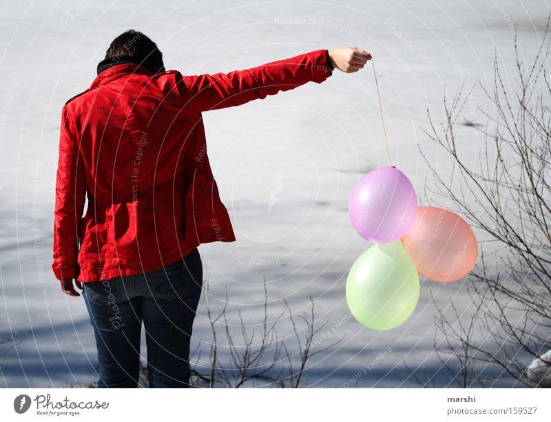Abschied Frau Natur Wasser rot ruhig Einsamkeit Ferne See Küste Trauer Luftballon Vergänglichkeit Verzweiflung