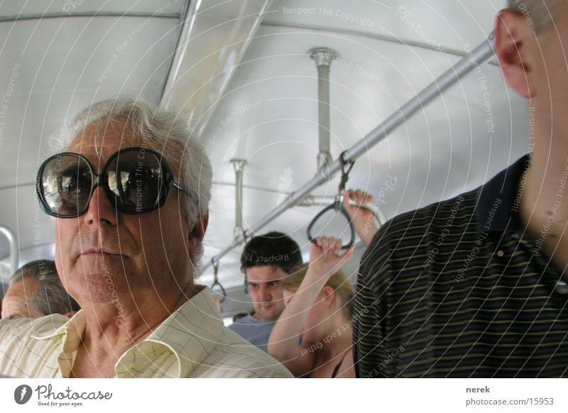 fliegerbrille Brille Großvater Koloss groß Sommer Straßenbahn erstaunt Mann Fliege big Auge angst vor der sonne sieht doof aus