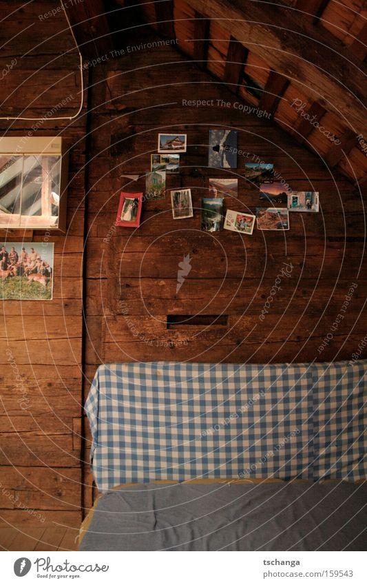 Schwyz Alm Holz Dach Postkarte kariert Dachboden Bettwäsche Bildausschnitt Holzwand Schlafmatratze Dachschräge