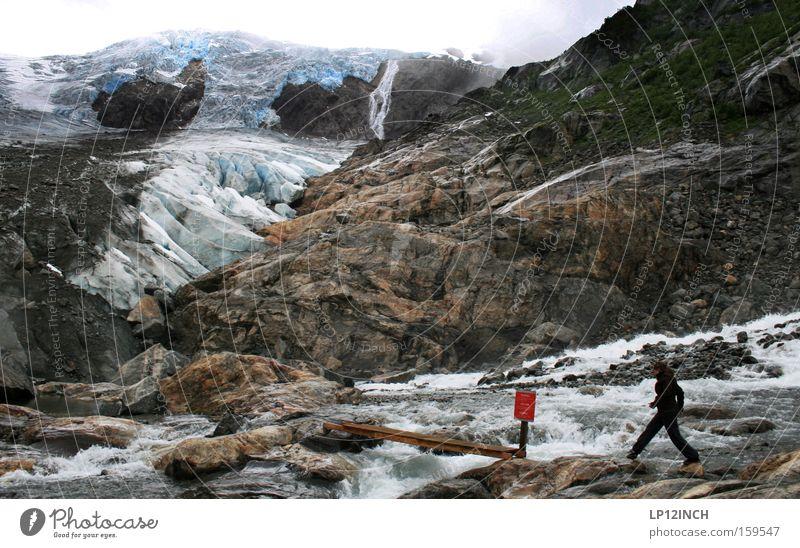 auf'n Sprung Gletscher Eis Frau springen blau Norwegen wandern Ferien & Urlaub & Reisen Stein Berge u. Gebirge Wasser bedrohlich Schnee rot