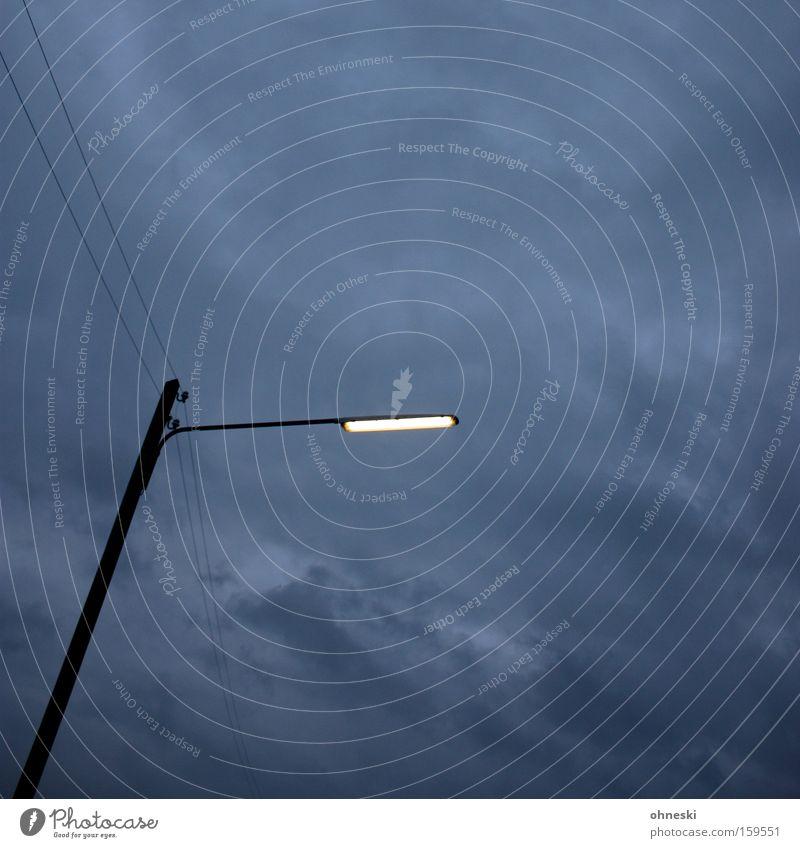 A light in the dark Himmel Wolken Straße dunkel grau Regen Beleuchtung Elektrizität Technik & Technologie Laterne Verkehrswege Straßenbeleuchtung