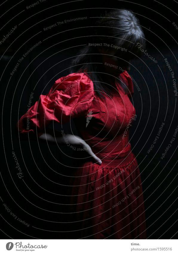 . Mensch schön rot Leben Gefühle feminin Denken Zeit träumen stehen warten beobachten Romantik geheimnisvoll Kleid festhalten
