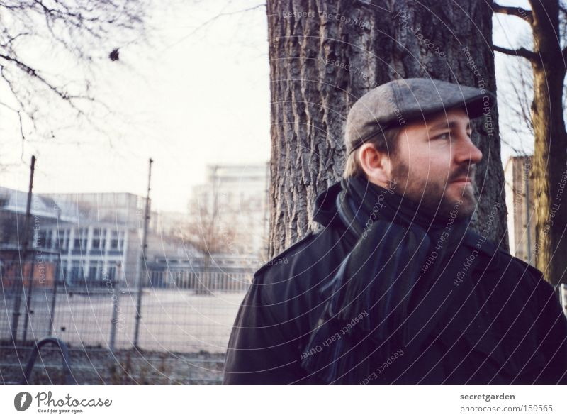 wann kommt der bus? Mensch Mann Winter kalt warten natürlich authentisch stehen Jacke Mütze Hut analog Bart Schal Vollbart Wintertag