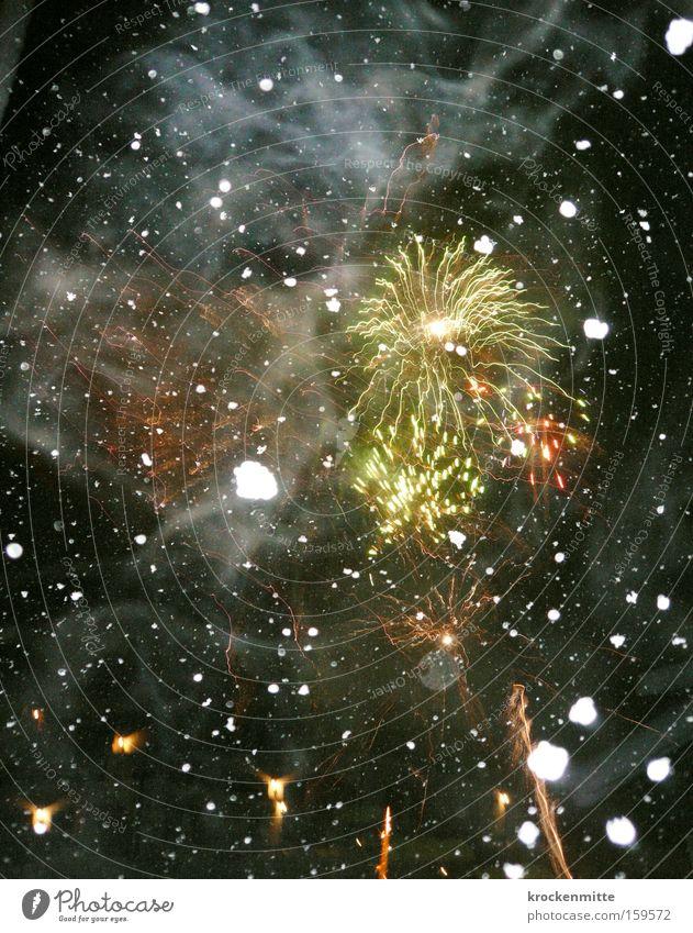 Fire and Ice Himmel rot Winter schwarz gelb Farbe Party Stern Silvester u. Neujahr Weltall Feuerwerk Schneeflocke Funken Sternenhimmel Leuchtspur Leuchtrakete
