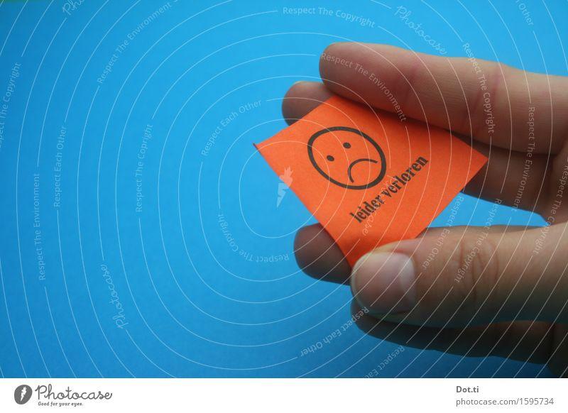 mimimi Spielen Hand Finger Papier Zettel Zeichen Schriftzeichen blau orange Gefühle Neugier Enttäuschung Frustration Erwartung Misserfolg Lotterielose Niete