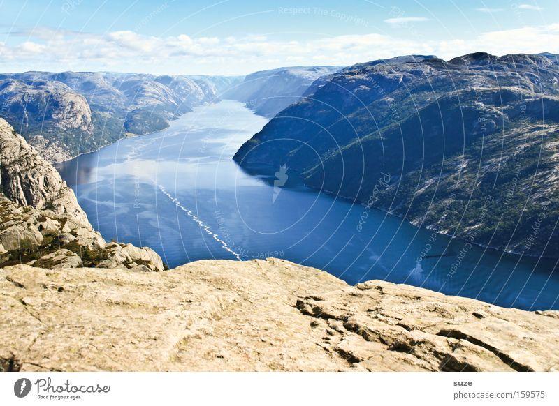Blick vom Preikestolen Fjord Lysefjord Meer Norwegen Skandinavien ruhig Berge u. Gebirge Einsamkeit blau Küste Berghang Felsen Geröll Wasser frei Freiheit