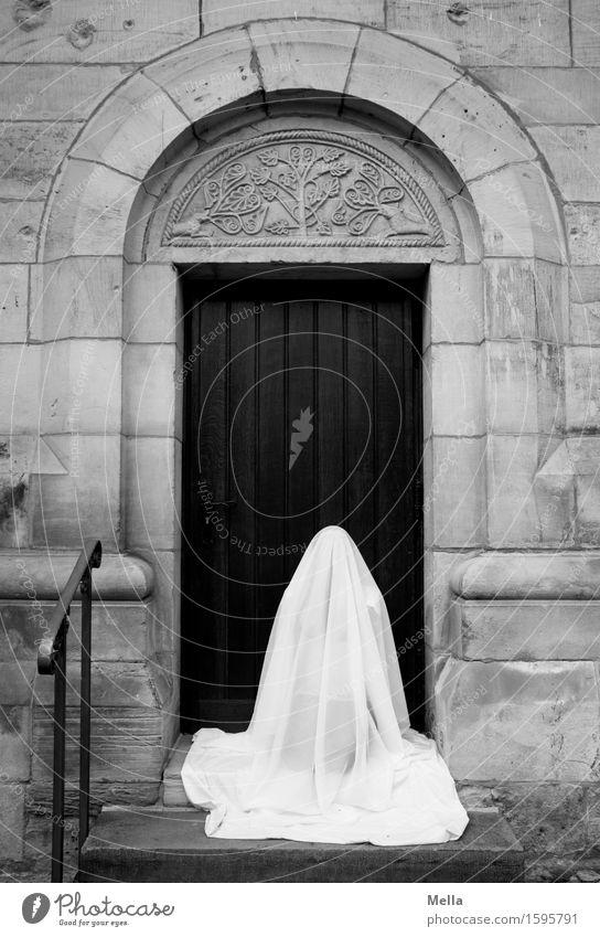 Remix | Verhüllung (II) Mensch 1 Kirche Bauwerk Gebäude Mauer Wand Treppe Tür Treppengeländer Ornamentbogen Tuch Stoff Schleier hocken knien sitzen ästhetisch