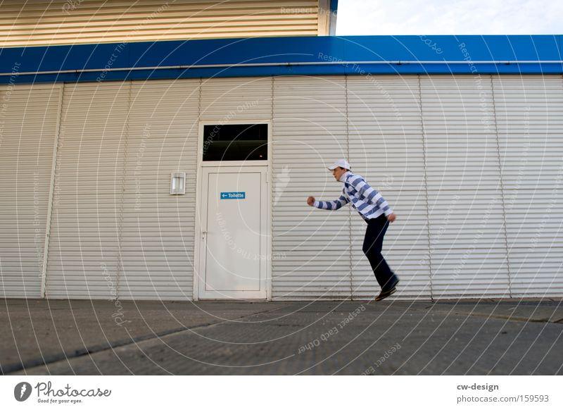 Zum stillen Örtchen Mensch Mann Jugendliche blau weiß Erwachsene kalt Wand Mauer Gebäude Tür Fassade laufen maskulin Laufsport 18-30 Jahre