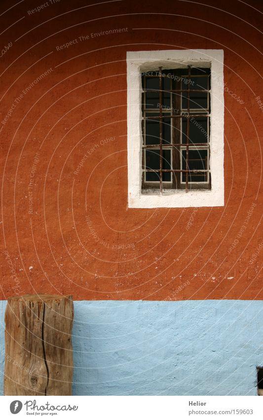 Einbruchsicher??? weiß blau rot Haus Wand Fenster Holz Sicherheit Häusliches Leben Landwirtschaft Rost Rahmen Gitter ländlich Stabilität