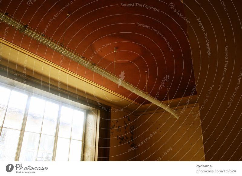 Der Schwächste fliegt Fenster Raum Örtlichkeit Verfall Leerstand Licht Vergänglichkeit Zeit Leben Erinnerung Decke Zerstörung alt Militärgebäude Neonlicht Lampe