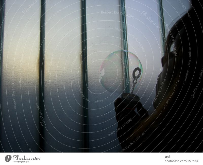 Puste Puste Hand Mädchen Freude dunkel Wand Haare & Frisuren Mund Beleuchtung Glas rund Streifen Blase blasen durchsichtig Seifenblase