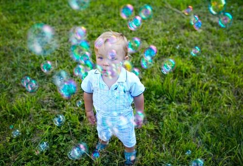 Glückliche Kindheit Lifestyle Freude schön Gesicht Freizeit & Hobby Spielen Sommer Garten Mensch Baby Junge 1 1-3 Jahre Kleinkind Natur Gras Park Wiese blond