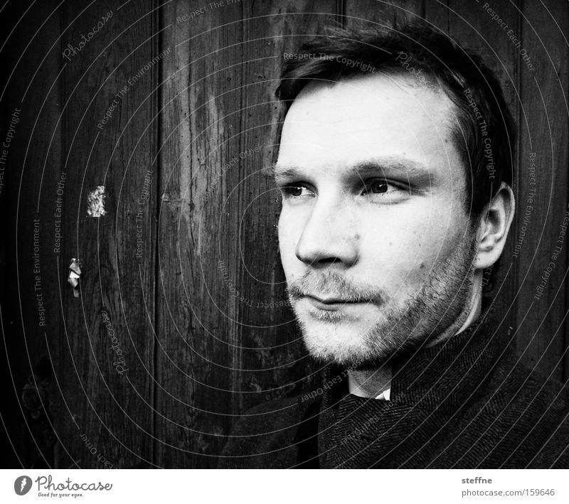 . Mann Porträt Gesicht Holzwand Denken ernst Stolz erhaben seriös Dreitagebart schwarz weiß