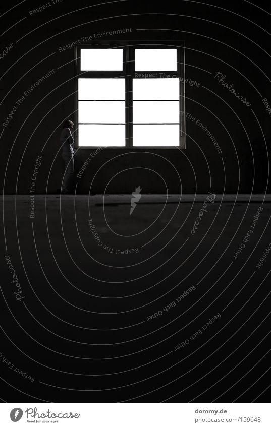leere Frau Einsamkeit Fenster Lagerhalle Halle Raum Örtlichkeit groß hoch dunkel Gegenlicht vergessen dreckig weiß verfallen Örtlichkeiten